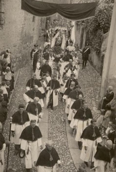 Foto in bianco e nero della processione di Bellagio